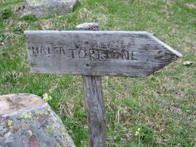 Indicazione al bivio per la malga Torrione