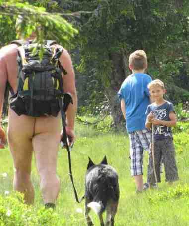 Il bambino più grande volge ostentatamente le spalle al passaggio di un nudista durante la Newt (Radstadt, 4 luglio 2012); quello più piccolo mostra indifferenza, anzi una certa curiosità e simpatia.