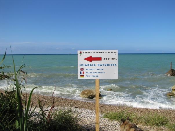 Cartello segnaletico all'inizio della Spiaggia dei trobocchi