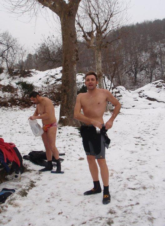 Atleti che si preparano per una nuotata sotto la neve