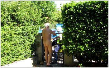 L'irresistibile tentazione di ritirare nudo la posta!