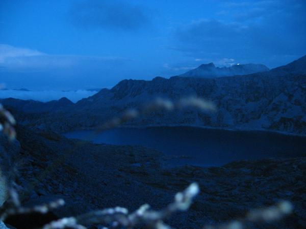 Nel blu elettrico della notte la luna tramonta dietro il Monte Frerone, in primo piano il Lago della Vacca