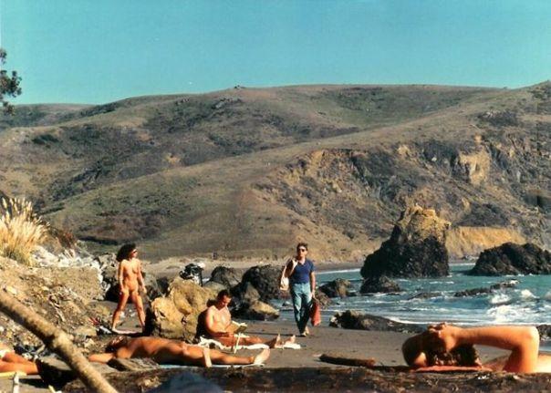 La spiaggia di Muir a pochi chilometri da San Francisco (Da http://www.naktiv.net/) Il nudo non eccita sessualmente. Invece di imbarazzare, la nudità condivisa crea una distensione nei rapporti reciproci, un senso di maggior sicurezza in se stessi e una coscienza del proprio corpo nella sua unità, completezza, naturalezza, che sono autentici e gratuiti benefici che poi si riportano nella vita quotidiana.