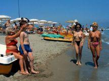 Prevenzione. Noto mega-figo latin-lover in azione sulle spiagge italiane, trattenuto provvidenzialmente dal suo angelo custode